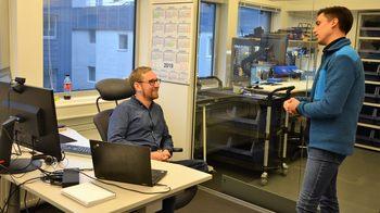 Torstein og Sigve diskuterer nye teknologiløsninger. Klikk for større bilde. Foto: Therese Soltveit/Kyst.no.