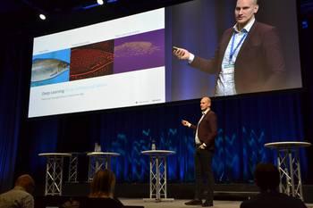 Aleksander Lillienskiold, forsker SINTEF Ocean snakket om forsøkene under Sjømatdagene på Hell. Klikk for større bilde. Foto: Ole Andreas Drønen/Kyst.no.
