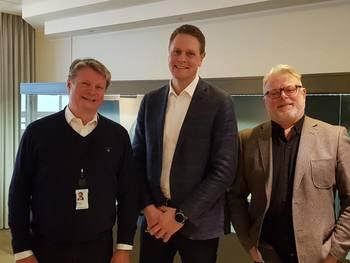 Selv om Skipsrevyens avstemming er retningsgivende, får juryen en vanskelig oppgave frem mot endelig kåring. Juryen fra v,: Lars Gørvell-Dahll, Harald Solberg og Gustav Erik Blaalid.
