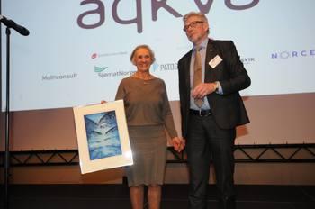 Hans Inge Algrøy fra Sjømat Norge delte som vanleg ut aqKva-prisen på vegne av juryen, og denne gong gjekk heidersprisen til Åsta Haugarvoll i Lingalaks. Foto: Pål Mugaas Jensen/Kyst.no.