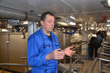 Produksjonsleder Arnt Idar Nautnes viste under dåpen frem den nye fabrikken om bord, som har 14 sløyemaskiner. Foto: Ole Andreas Drønen/Kyst.no.