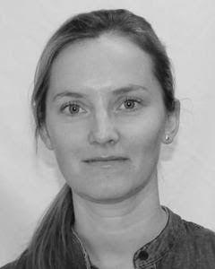 Karianne Edtem Thorbjørnsen, seniorrådgiver i Fiskeridirektoratet har mye å henge fingrene i om dagen i jobben med utviklingstillatelsene. Foto: Privat.