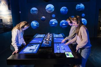 Ungdomsskoleelever som bruker den interaktive utstillingen hos The Salmon. Foto: The Salmon.