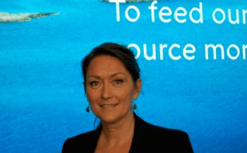 Solveig van Nes formidler engasjert om oppdrettsnæringen for interesserte skoleelever.