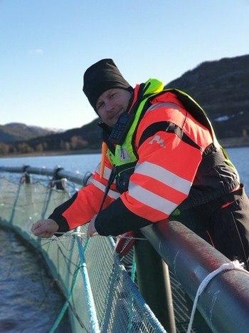 Lokalitetsleder Arve Mohn Haug i arbeid på lokaliteten Båfjordstranda. Foto: Emilsen Fisk