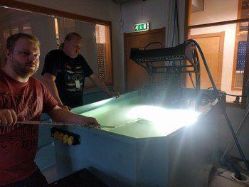Testing og kalibrering av systemet innendørs i saltvann. Klikk for større bilde. Foto: MSD.