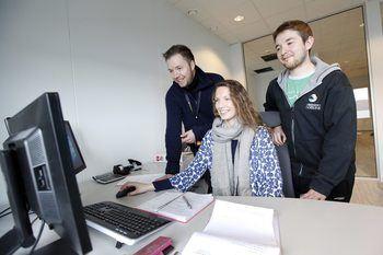 Her planlegger Geir Tore Olsen t.v , Nina Iversen og driftsleder Ole Martin Løfsnæs t.h arbeidet med avlsstasjonen videre. Foto: Namdal Rensefisk.