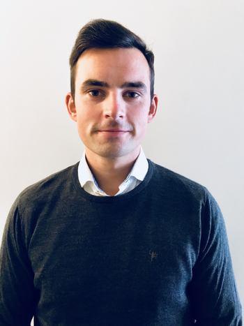 Morten Lernes (27) sier det er mye å sette seg inn i hos AKVA Group Software, men han trives godt og har blitt godt tatt i mot på sin nye arbeidsplass. Foto: Privat.