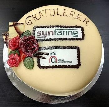 At akkrediteringen rettet mot havbruk gikk i boks, ble selvsagt feiret med kake. Foto: Synfaring AS.