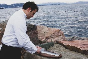 Lakseskinnet får selskapet foreløpig fra et lokalt slakteri på Os. Her ser man kokk og produktutvikler Henrik Bokelund som har over 20 års erfaring i kokkeyrket, eksperimentere med produktet før lansering. Foto: Ocean Snacks.