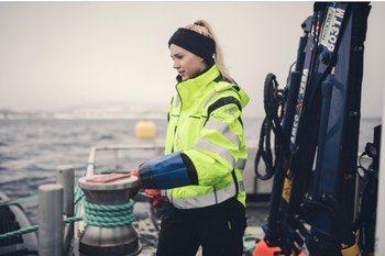 Favoritt gjøremålet til 22 år gamle Isabell er å kjøre båt, og hun håper flere jenter vil søke samme jobb som hun har i havbruksnæringen. Klikk for større bilde. Foto: Marius Fiskum/Polar Quality.