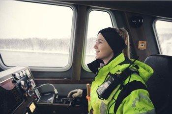 Å være mye på havet og få mulighet til å kjøre båt elsker 22 år gamle Isabell Grønvold, som egentlig utdannet seg innen interiør, men jobber nå sitt tredje år rom røkter/akvatekniker i Salaks. Klikk for større bilde. Foto: Marius Fiskum/Polar Quality.
