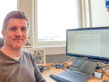 Professor Hans Magnus Gjøen sitter på statistikk over søkerne til akvakultur, og påpeker at omtrent femti av søkerne er norske. Foto: Hans Magnus Gjøen.