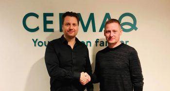 Cermaq har inngått avtale med det færøyske selskapet SFI for å støtte utviklingen av deres avlusingssystem. Harald Takle, FoU-sjef Farming Technology i Cermaq Group (venstre) og Eyðbjørn Hansen, administrerende direktør for Sea Farm Innovations (høyre). Klikk for større bilde. Foto: Cermaq.