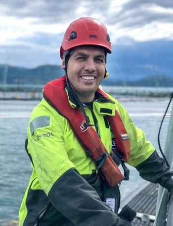 Lars Klungreseth har en veldig variert arbeidsdag.  En dag er han på merdkanten, den neste i et møte med fiskeriministeren. Foto: Stian Lernes.