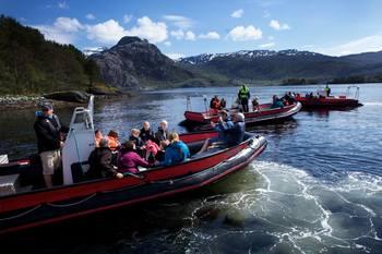 Båtturer er en av de mest populære aktivitetene på åpen dag. Her er et bilde fra i fjor. Foto: Steinvik Fiskefarm Visningssenter
