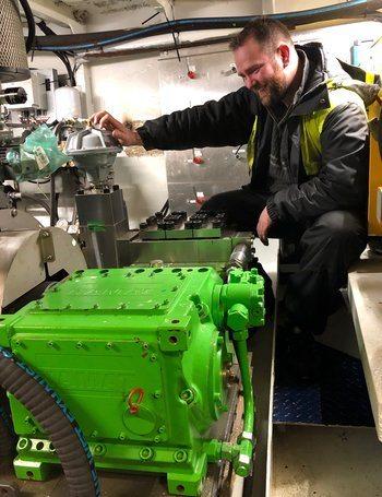 Peter Paulsen er i maskinrommet hvor han håndterer sin Kamat 18060 HT pumpe. Foto: AKVA Group.