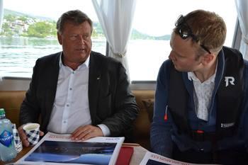 Fiskeriminister Harald T. Nesvik og Sondre Eide diskuterte prosjektet på vei til lokaliteten da Nesvik besøkte selskapet i mai. Foto: Margarita Savinova.