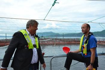 Fiskeriminister og driftsleder Trygve Samnøy diskuterte blant annet fôrfaktor og forekomst av hjertesprek hos laks. Foto: Margarita Savinova.