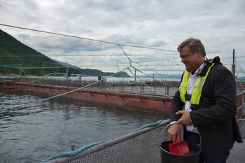 Det var god stemmning på merdkanten da fiskeriministeren Nesvik besøkte Eide Fjodbruk. Foto: Margarita Savinova.