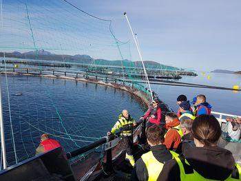 Deltakerbedrifter i Leverandørutvikling Havbruk på befaring ved havbruksanlegg i forbindelse med workshop for utvikling av løsninger for næringen. Foto: Næringshagene i Troms/Næringshagen Midt-Troms AS.