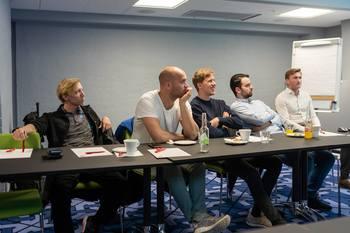 João Martins (andre f. v.) og hans kollegaer i Austevoll Melaks hører engasjert på CageEye sin presentasjon. Foto: Frank Varvik/CageEye.