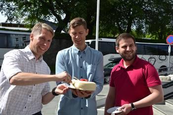 En marsipankake måtte til da CageEye og Austevoll Melaks feiret gode resultater og vellyket utprøving av autonom fôringssystem. Foto: Margarita Savinova.