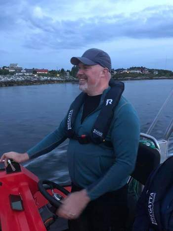 Leif A. Stavøstrand ved spakene på det som trolig er verdens raskeste el-båt. Foto: Evoy AS