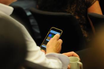 Publikum på Benchmarks konferanse kunne stemme ved hjelp av mobilen. Svarene kom så opp på storskjermen. Foto: Pål Mugaas Jensen.