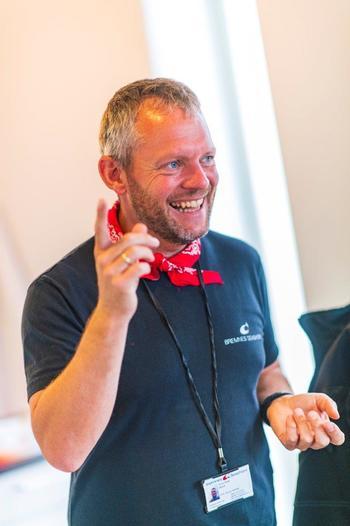 Simon Nesse Økland, utviklingssjef i Bremnes Seashore forteller i meldingen at de skal få elektrisk arbeidskatamaran og notvask på lokaliteten. Foto:  Bremnes Seashore