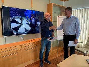 kontraktsignering Roy Pettersen i Andfjord og Oddbjørn Jacobsen i Framo. Foto: Framo.