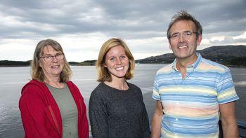 Som nyutdannet veterinær vil Anniken Mork ( i midten) jobbe  tett med to erfarne kolleger innen akvamedisin; Kari Lervik og Bjørn Gillund. Foto: SinkabergHansen.