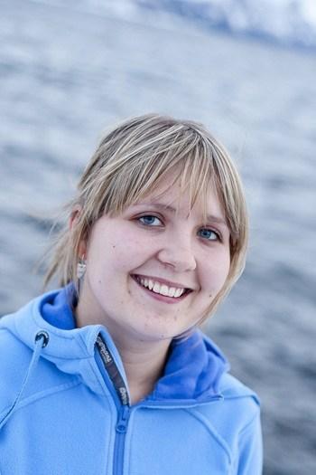 I meldingen fra selskapet forteller de at Marit Holmvaag Hansen er på jakt etter den perfekte smolten. Foto: Cermaq