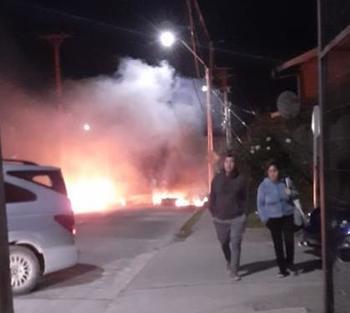 Anoche, se levantó una barricada en las cercanías de la planta de procesos de AquaChile en Calbuco. Foto: Sindicato Nº3 de Aguas Claras.