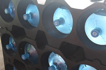 Racks para el transporte de botellones de 20 litros de agua. Foto: Salmones Blumar.