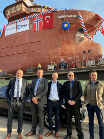 Fra venstre: Kurt Werner Nilsen (Brønnbåtansvarlig i Nordlaks), Per Tore Paulsen (skipper i Nordlaks), Ivan Chekanin (NSK Ship Design, designer), Svein Arild Jakobsen (skipper i Nordlaks), Øyvind Nikolaisen (NSK Ship Design, designer). Foto: Merete Kristiansen / Nordlaks