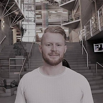 Ole Troland (27) har vokst opp i familieselskapet Troland Lakseoppdrett. Nå tar han mastergrad ved Universitetet i Tromsø. Foto: Privat.