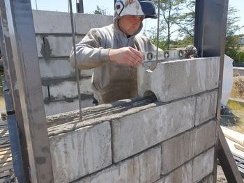 Pruebas con los bloques de hormigón sustentable desarrollados por Bleco. Foto: Bleco.