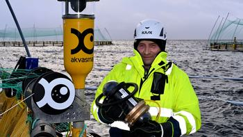 Driftsleder på Stangnes, Michael Olsen, på merdkanten med det nye kameraet. Foto: Akva Group.