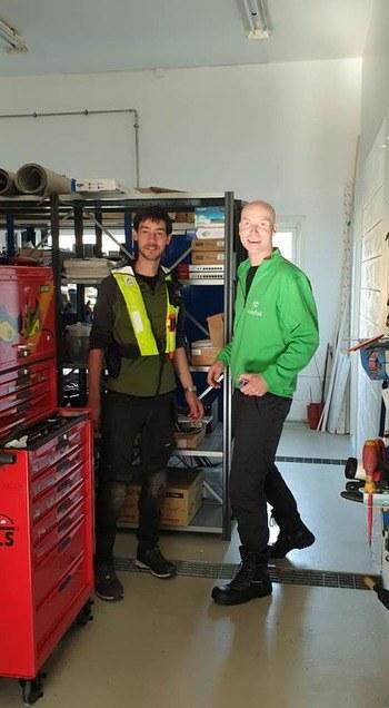 Trond Osland t.h og Bence Cser t.v er begge nyansatte i selskapet og trives svært godt i nye jobben hos Sulefisk. Foto: Sulefisk.