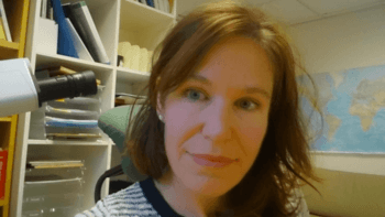 Forsker Mona Gjessing forteller at de har fått inn flere rapporter fra røktere at det ofte har vært «hendelser»  i forkant av laksepox-utbrudd. Foto: Privat.