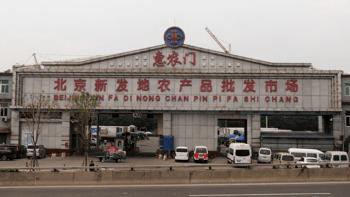 El virus fue detectado por la autoridad china en una tabla donde cortaban salmón en el mercado de alimentos Xinfadi (Pekín). Imagen: Wikimedia Commons.