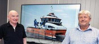 Tirsdag ble avtalen mellom Ove Amdam (til venstre) fra Salthammer og Brynjar Karlsen i Nærøysund Aquaservice landet. Høsten 2021 skal den brede stålkatamaranen «Aqua Fighter» leveres (Illustrasjon båt: Tomra Engineering).