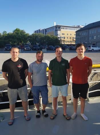 Mannskapet fra avlusningsfartøyet «Lautus» i det fine været. Foto: Bjørnar Blaalid.