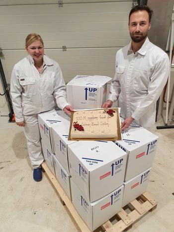 Kristian Sørmo, produksjonsleder og Zane Minzare, leder for rogneriet hos SalmoBreed Salten med rognkassene som står klar med rognkorn 100 millioner. Bildet ble tatt ved avgang fra Sørfjorden den 14.09.20