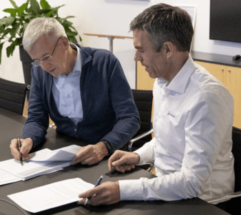 Bakkafrost chief executive Regin Jacobsen, left, and Nofitech boss Robert Hundstad sign the contract for the hatchery expansion. Click on image to enlarge. Photo: Bakkafrost.