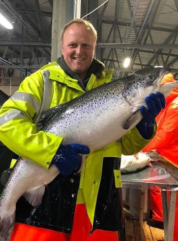 Profunda operations manager Frode Sætre with one of the facility's brood fish. Photo: AquaGen.