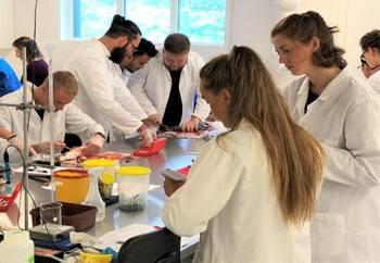 Masterstudenter undersøker laks i RAS anleggets disseksjonslaboratorium. Foto: Turid Mørkøre/NMBU