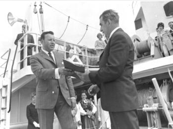 Direktør ved Kaarbøs Mek. Verksted, Per Mauritz Hansen og Kjellvall Rolness fotografert på KMV i forbindelse med overlevering av den nybyggede hekktråleren «Nord Rollnes» i 1976. Foto: Sør-Troms Museum