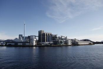 Verdens største i Florø: Fabrikken til Ewos/Cargill i Florø, omtales som verdens største fôrfabrikk.